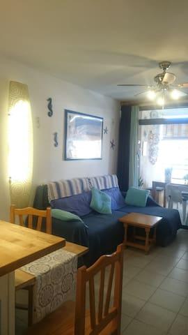 Luminoso living con confortevole divano (letto) angolare, dove potersi riposare leggendo o guardando la tv