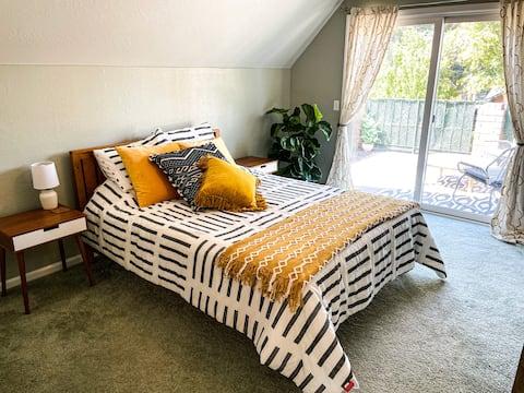 Walkable 2 bedroom suite: Trail, Park, Restaurants
