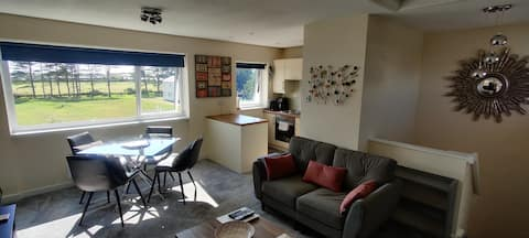Lovely 2 bed retreat for beach, castle and golf