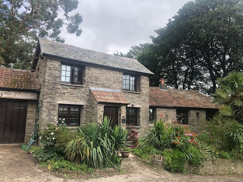 Cosy 2 bed cottage with hot tub and outdoor space