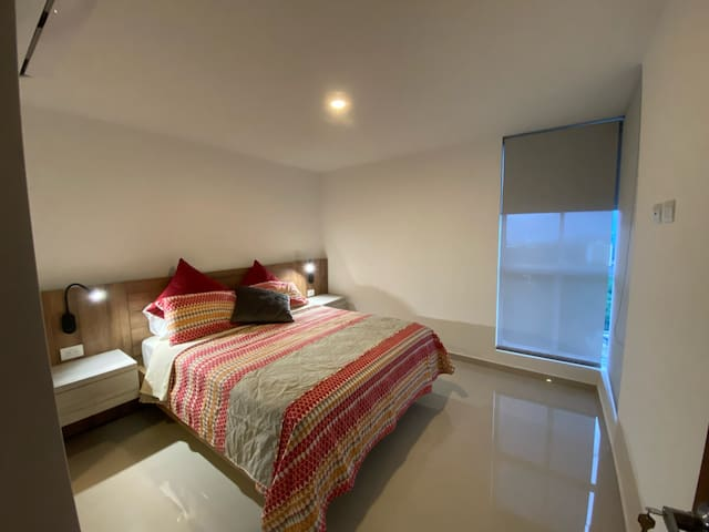 Habitación Principal con vestier interno, baño privado y aire acondicionado.
