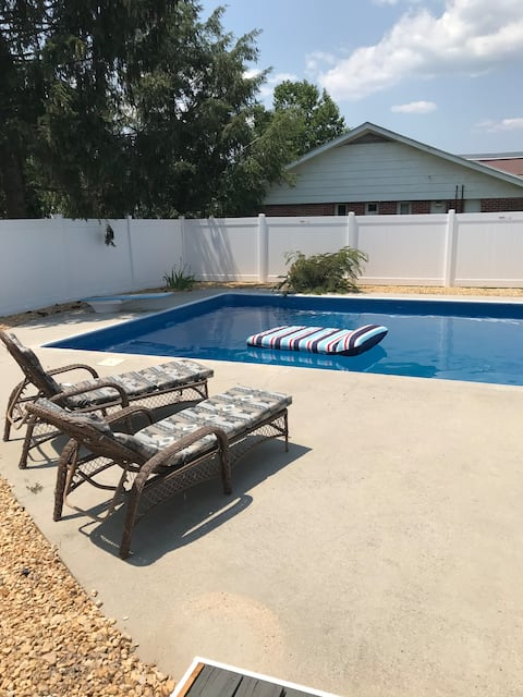 4 BR in town, Dogs ok, gas firepit, Pool opens 5/1
