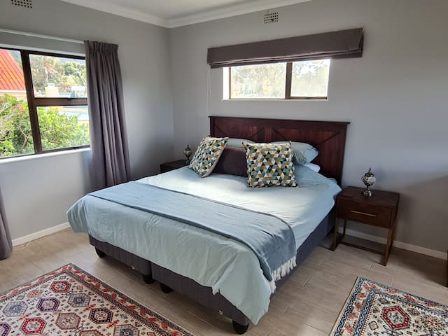 Main bedroom on top floor with King size bed and on-suite modern bathroom. Spectacular mountain view and a sea view from the private patio.