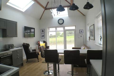 Stunning Coach House with two bedrooms and parking