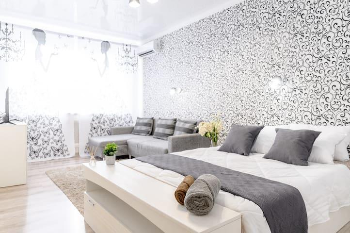 В спальне кровать, диван-кровать, кондиционер