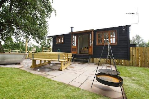 Hideaway Hut + heating + hot tub + woodburner
