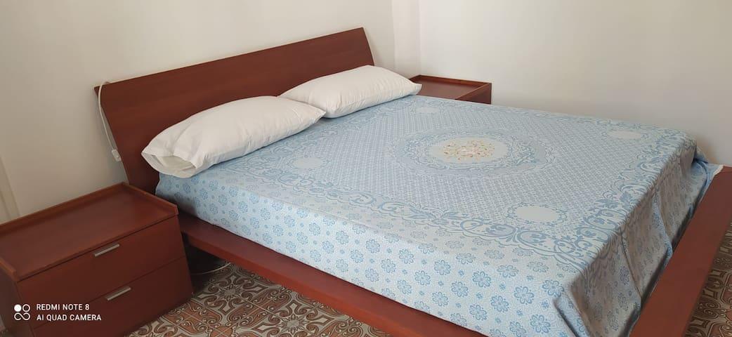 Camera da letto, con letto matrimoniale e possibilità di due letti aggiuntivi.