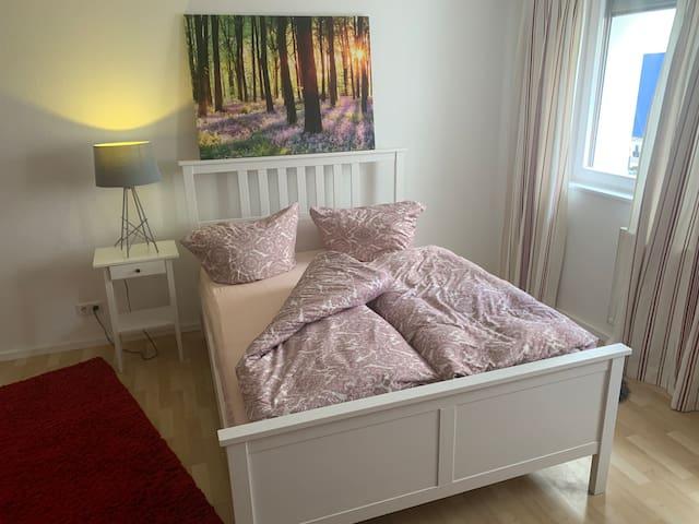 Schlafzimmer  Doppelbett 200/140 cm plus (Schlaf-) Couch und Kleiderschrank für maximal 3 Personen - als weitere Schlafmöglichkeit bieten wir das Wohnzimmer mit Schlafcouch an für weitere 2 Personen