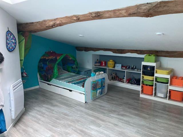 A l'étage, une 3ème et très grande chambre avec lit une place et de grands rangements. Ce bel espace peut également accueillir un matelas une place (disponible sur demande).