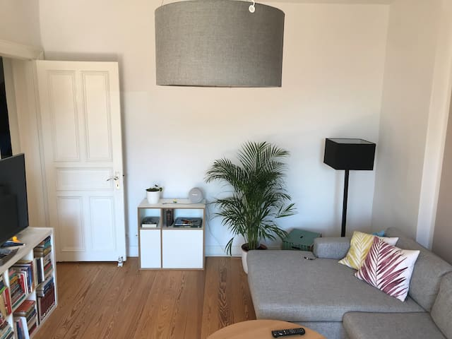 Living room to chill out after a long day of sightseeing in Hamburg with sofa, Smart TV and Bluetooth box for your own Hamburg holiday soundtrack