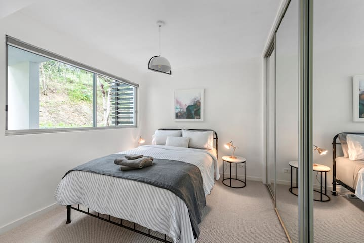 Super comfy Queen Bed, with peaceful outlook & private