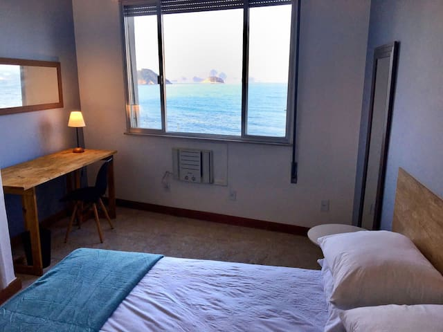 Quarto com vista frontal da Praia de Copacabana.