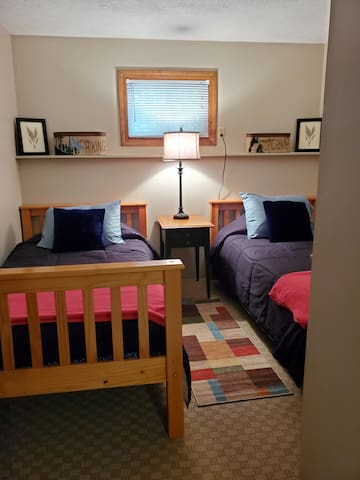2nd bedroom with 2 twin beds