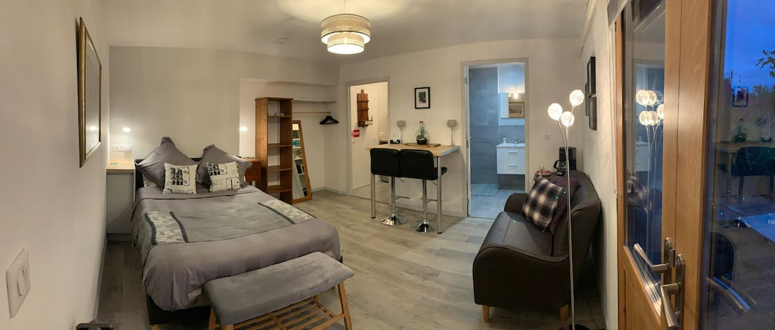 Small but beautiful sous sol apartment  comprising of bedroom/ sitting area and breakfast bar, kitchenette and wet room bathroom. Comfortably equipped, perfect for up to 2 guests.