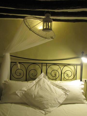 Habitación Marrón (planta 2): cama doble de 160x200cm. Comparte baño con la Habitación Rosa y con la Habitación Amarilla.