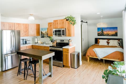 Lovely studio apartment close to bike trail.