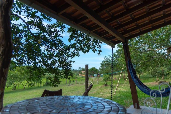 Os bangalôs  possuem varandas. São equipados com cama queen size, travesseiros com tecnologia da Nasa, toalhas de fio egípcios, mini cozinha, lareira, ar condicionado, smart TV e  banheira de hidromassagem.