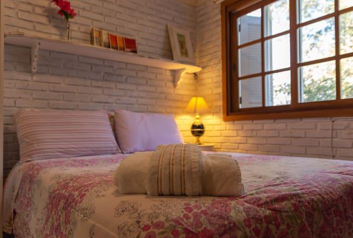 Quarto Hortênsia   Suíte com ar-condicionado, Ventilador de teto, TV LED e Frigobar.   Essa acomodação é Pet Friendly