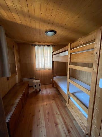 Chambre au 1er étage. Lit à étage 2x 90x200 cm.