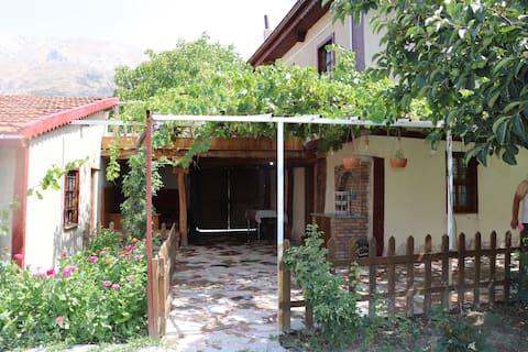 Tamamen doğal ahşap ve topraktan yapılmış, bütün temel ihtiyaçların karşılandığı bir bağ evi.