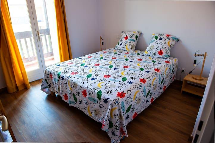 Grande chambre avec un lit 200x160, matelas de qualité pour passer de belles et douces nuits.