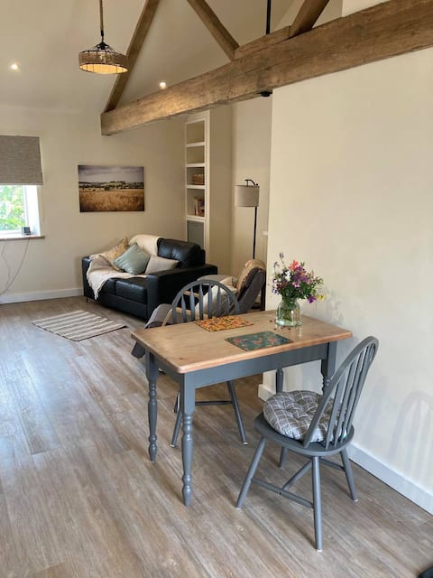 THE LOFT 1 bedroom countryside flat above stables