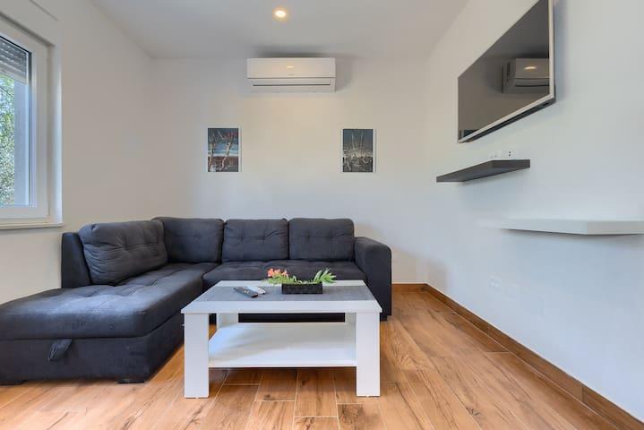 Klimatizirani dnevni boravak -kauč na razvlačenje za dvije osobe - smart TV  -Wi-Fi