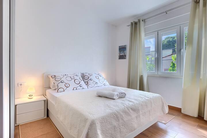 Spavaća soba 1 -klimatizirano -ormar -noćni ormarići -toaletni stolić