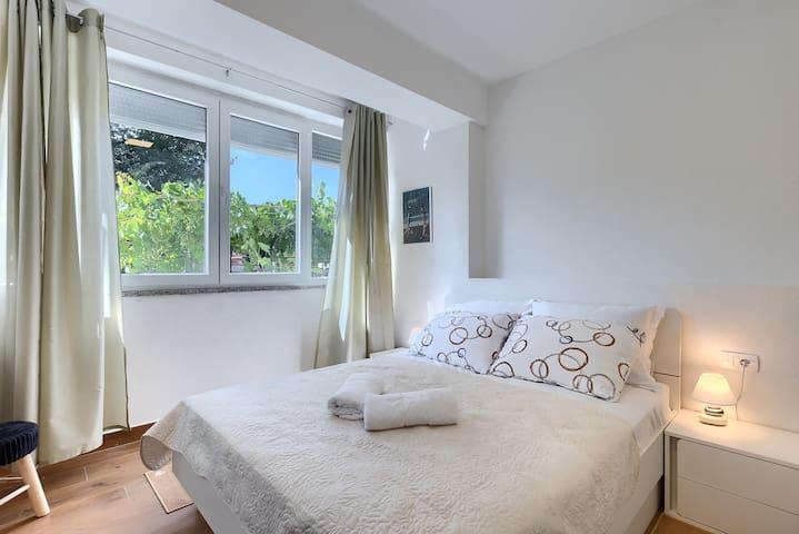 Spavaća soba 2 -bračni krevet -noćni ormarići -ormar -toaletni stolić -klimatizirano