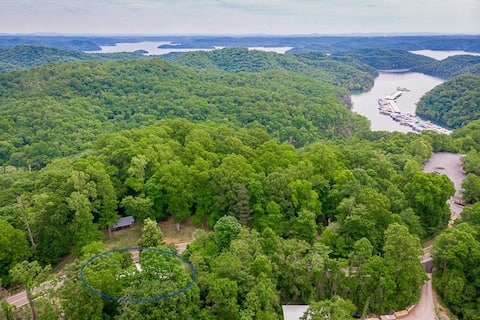 1/4 mile from Holly Creek Marina, spacious cottage
