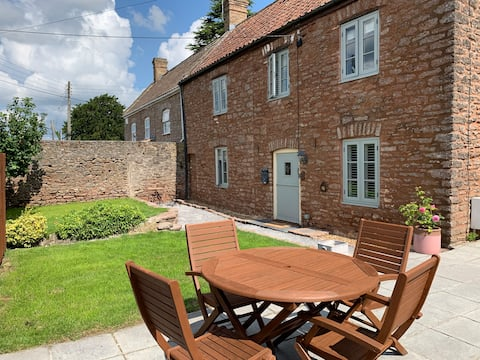 Sunny 4-bedroom cottage with South facing garden
