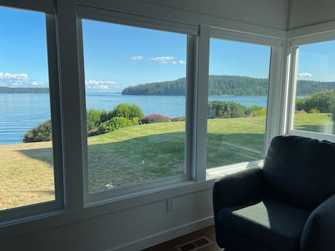 Beautiful 3 bedroom waterfront house with hot tub