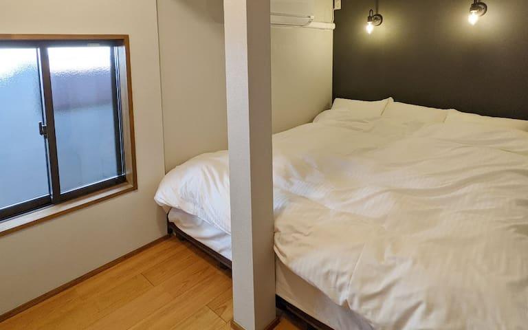 クイーンサイズのベッドがある洋室です。 2名様までご利用可能です。