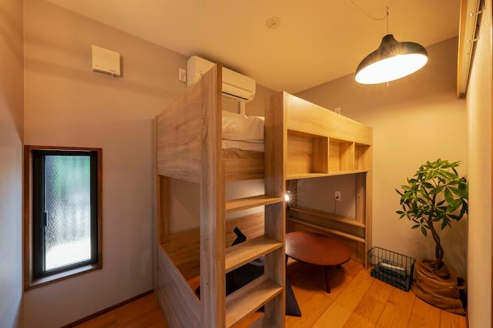 2段ベッドがあり、2名様までご利用可能なお部屋です。 部屋は施錠可能です。
