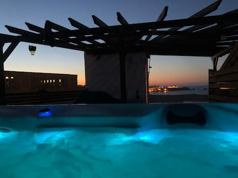 BBQ & hottub on roof with views in historic 3cites