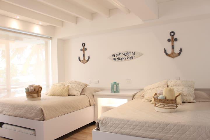Hermosa habitación 2 camas dobles (2 camas sencillas salen debajo de las dobles)