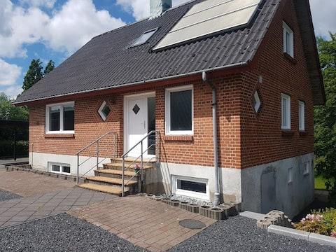 Rummeligt hus med have, tæt på Herning
