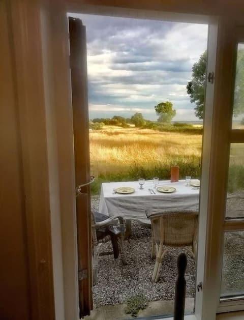 Romantisk boheme-bondehus med fantastisk udsigt.