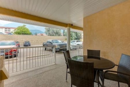 Direct access to condo from parking lot (no steps)