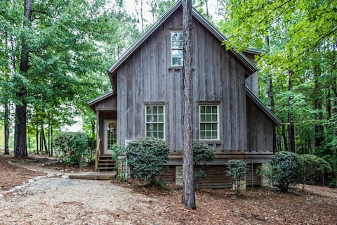 Cheerful 2 bedroom Lake Martin cottage with a pool