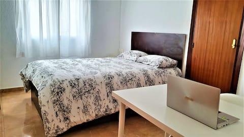 퀸사이즈 침대와 에어컨을 갖춘 객실입니다.