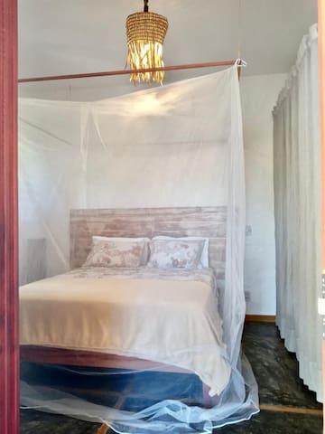 Suíte Master com cama queen size, ar condicionado e mosquiteiro.