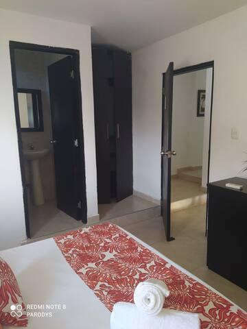Habitación principal con baño