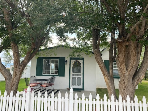 Cozy 2 bedroom Cottage with kitchen and laundry!