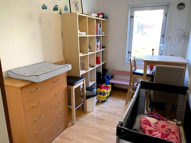 Værelse 2. Legetøjet må meget gerne bruges :-) Yderligere en arbejdsplads til computer.  Room 2.  Your kids are very welcome to play with the toys :-) Another workingspace for computer.