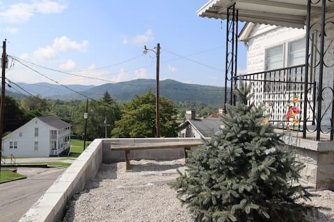 Mountain Views, Walking distance to State Park