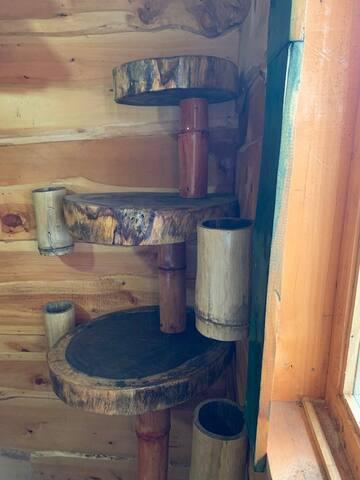 """Mueble estante para ropa de la habitación principal, hecho con """"galletas"""" de guanacaste y bambú."""