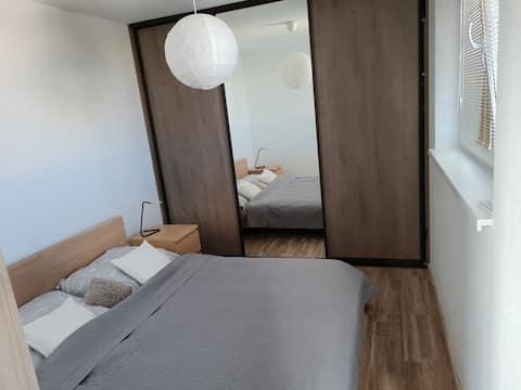 Útulný a plně vybavený 1-ložnicový byt s klimatizací