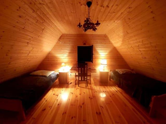 Duża sypialnia na piętrze; dwa wygodne łóżka (120 cm szer.) plus komfortowy materac jako dostawka.