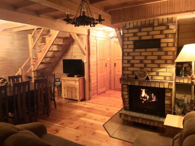 Kominek z rozprowadzeniem ciepła radzi sobie nawet w duże mrozy; dodatkowo w każdym pokoju są elektryczne grzejniki.